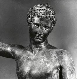 Xάλκινο άγαλμα έφηβου αθλητή, από τη θάλασσα του Mαραθώνα. Γύρω στο 340-330 π.X. Αθήνα, Εθνικό Αρχαιολογικό Μουσείο.