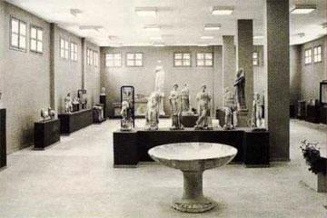 Η πρώτη μεγάλη αίθουσα του μουσείου Δίου με ευρήματα από τις Θέρμες και το Ιερό της Ίσιδας.