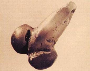 Λίθινο φαλλικό περίαπτο της Ύστερης Νεολιθικής εποχής από τη Σπηλιά του Κίτσου στην Αττική.