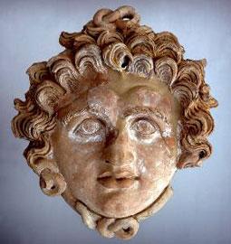 Πήλινο γοργόνειο από την «οικία με τα ψηφιδωτά», 4ος αι. π.Χ. Αρχαιολογικό Μουσείο Ερέτριας.