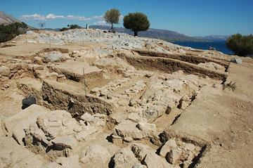 Από τις ανασκαφές της Ελβετικής Αρχαιολογικής Σχολής στην Ερέτρια. Άποψη του ιερού της Αθηνάς από τα ΝΔ.