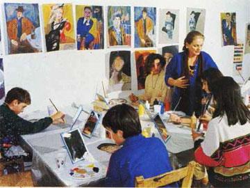Η Χαρίκλεια Μυταρά με τους μικρούς μαθητές της στο Εργαστήρι Τέχνης της Χαλκίδας.