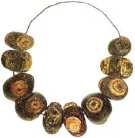 Φοινικικό περιδέραιο από υαλόμαζα (750-725 π.Χ.) που μαρτυρεί τις σχέσεις της αρχαίας Κύμης με την Ανατολή.