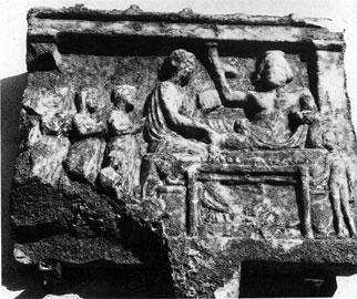 Αναθηματικό ανάγλυφο νεκροδείπνου που πιθανότατα απεικονίζει τον Ασκληπιό και την Υγεία. 2ος αι. μ.Χ. Μουσείο Χαλκίδας.