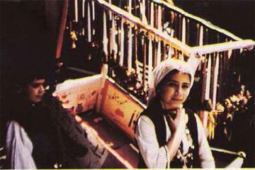 Ναύπλιο, παραμονές Πάσχα 1990. Παιδιά πουλάνε τις λαμπάδες που είχαν προηγουμένως στολίσει.