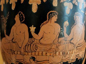 Απόλλωνας, Διόνυσος και Ερμής σε συμπόσιο. Απουλιανή ερυθρόχρωμη situla, 350-330 π.Χ. Μαδρίτη, Εθνικό Αρχαιολογικό Μουσείο.