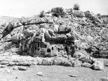 Τέμενος της Αφροδίτης κατά μήκος της Ιεράς Οδού, κοντά στον Σκαραμαγκά, με λαξευτές θυρίδες για την υποδοχή των αναθημάτων.