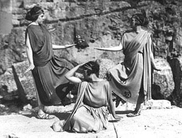 Την επιμέλεια των αναπαραστάσεων στις Δελφικές γιορτές είχε η Εύα Πάλμερ-Σικελιανού.