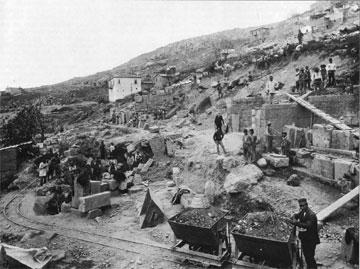 Δελφοί, αρχή των ανασκαφών: το δίκτυο του μικρού σιδηροδρόμου (décauville).