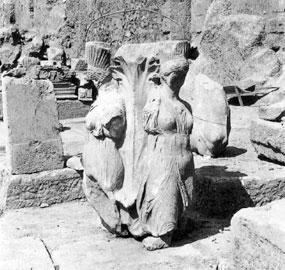 Οι χορεύτριες από τον κίονα με τις άκανθες (340-330 π.Χ.) στον ανασκαφικό χώρο, λίγο μετά την αποκάλυψή τους.