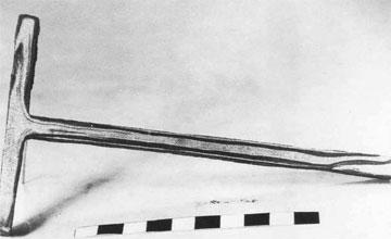 Η κοπή του συνδέσμου αποκάλυψε τη σύστασή του: μια στρώση μαλακού σιδήρου συγκολλημένη ανάμεσα σε δυο στρώσεις σκληρού χάλυβα.