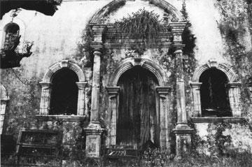 Ναός Αγίου Σπυρίδωνα Πουλάτων στην Κεφαλλονιά. Η είσοδος στην κύρια (βόρεια) όψη (φωτογραφία 1976).