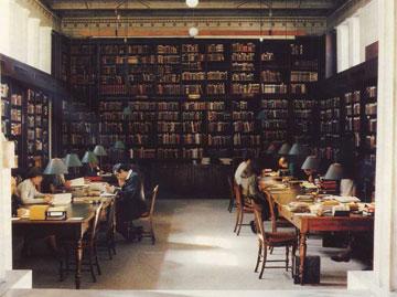 Η κεντρική αίθουσα της βιβλιοθήκης του Γερμανικού Αρχαιολογικού Ινστιτούτου (φωτ. E. F. Gehnen).