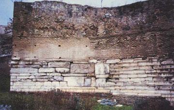 Τμήμα των δυτικών τειχών της Θεσσαλονίκης όπου εντοιχίστηκαν τα μαρμάρινα έδρανα του θεάτρου.