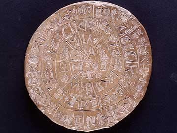 Ο πήλινος αμφιπρόσωπος δίσκος της Φαιστού, περ. 1700 π.Χ., κυριότερο δείγμα της κρητικής ιερογλυφικής γραφής.