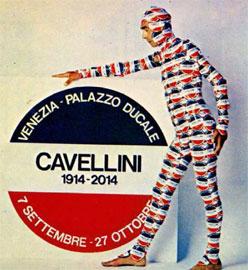 Ο Gulielmo Achille Cavellini ντυμένος με τα αυτοκόλλητα που δημιούργησε.