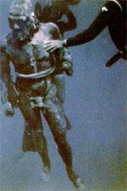 Ένας από τους χάλκινους πολεμιστές του Ριάτσε ανασύρεται από το βυθό (φωτ. National Geographic, 163, 6).