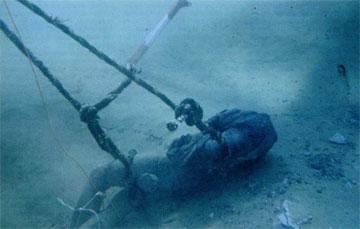 Ακρωτήριο Ξι Κεφαλληνίας. Δεμένο με σχοινιά το άγαλμα, λίγο πριν την ανέλκυσή του.