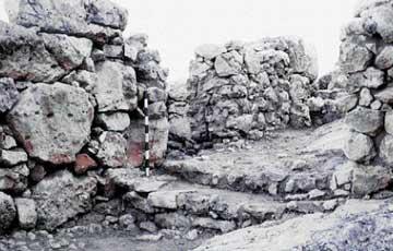 Aκρόπολης της Μιδέας. Η δυτική πύλη με τον προμαχώνα και ένα εσωτερικό δωμάτιο.