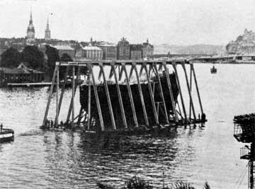 Στοκχόλμη. Το πλοίο Wasa πάνω σε τσιμεντένια πλατφόρμα φέρεται στη στεριά.