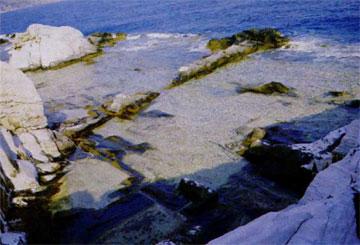 Θάσος, μέρος λατομείου καλυμμένο από τα νερά της θάλασσας.