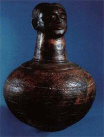 Μεγάλο αγγείο που κοσμείται με πλαστική ανθρώπινη κεφαλή και εγχαράξεις. Φυλή Αζάντε, Σουδάν.