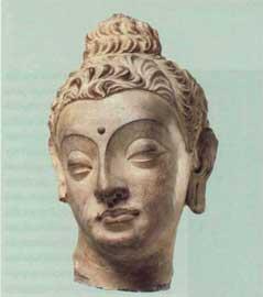 Κεφαλή του Βούδα από ασβεστοκονίαμα, χαρακτηριστικό δείγμα της τέχνης της Γκαντάρα, 4ος-5ος αι. μ.Χ.
