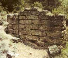 Ο τύμβος του Σοφοκλή στη Βαρυμπόμπη.