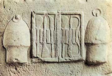 Τμήμα αναγλύφου όπου παριστάνεται θήκη χειρουργικών εργαλείων, Εθνικό Αρχαιολογικό Μουσείο, Αθήνα.