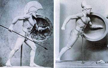 Πολεμιστής συμπληρωμένος από τον B. Thorvaldsen (αριστ.) και μετά την αφαίρεση των συμπληρώσεων από τον D. Ohly (δεξιά).