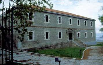 Άποψη του αναστηλωμένου κτηρίου των Στρατώνων στην Υπάτη, το οποίο στεγάζει το Βυζαντινό Μουσείο Φθιώτιδας.