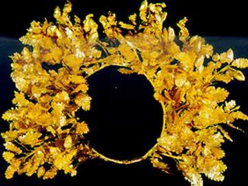 Το χρυσό στεφάνι που βρέθηκε στο ιερό της Εύκλειας στη Βεργίνα.