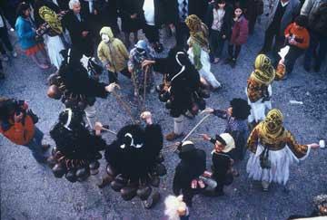 Τραγόμορφοι Γέροι με ανθισμένα ξύλα και νεαρές Κορέλες χορεύουν συντονισμένα.