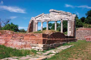 Απολλωνία, άποψη του μνημείου των Αγωνοθετών με την αναστηλωμένη πρόσοψη, από το εσωτερικό.