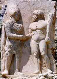 Η στήλη στην οποία απεικονίζεται ο Μιθριδάτης να χαιρετά τον Ηρακλή.
