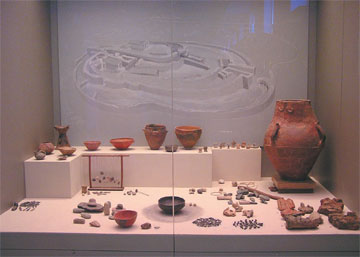 Προθήκη με αντικείμενα ενδεικτικά της οικοσκευής ενός νεολιθικού σπιτιού. Εθνικό Αρχαιολογικό Μουσείο.