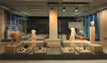 Ελεύθερη ανασύσταση ταφικού περιβόλου από τα παράλια της Ηπείρου (Αίθουσα 5).