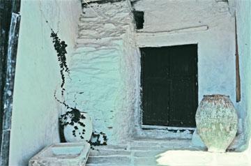Αυλή του 17ου αιώνα, με υποστήριγμα προερχόμενο από την γκρεμισμένη σκάλα του 15ου αιώνα σε σπίτι της Χώρας Ίου.
