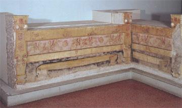 Μαρμάρινες κλίνες του μακεδονικού τάφου της Ποτίδαιας με πλούσιο ζωγραφικό διάκοσμο, τέλη 4ου αι. π.Χ. (Αρχ. Μουσείο Θεσ/νίκης).