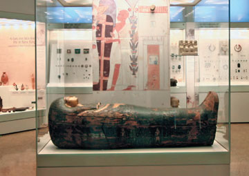 Εθνικό Αρχαιολογικό Μουσείο, Ξύλινη σαρκοφάγος της Μπαχταμόν, κυρίας του σπιτιού.