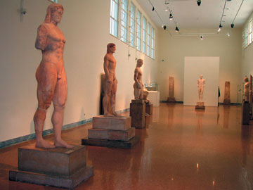 Εθνικό Αρχαιολογικό Μουσείο, άποψη της αίθουσας 13 με τους κούρους (2004).