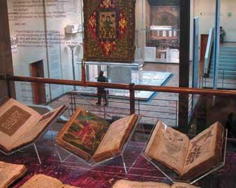 Τα βιβλία εκτίθενται σε ειδικές βάσεις από πλεξιγκλάς. Βυζαντινό και Χριστιανικό Μουσείο.
