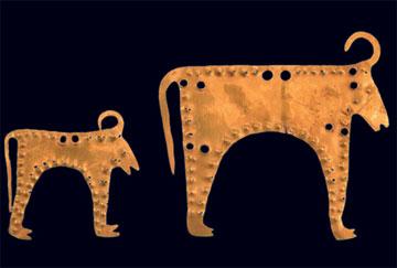 Χρυσά κοσμήματα σε σχήμα ζώων, πιθανώς ταύρων. 4400-4200 π.Χ. Περιφερειακό Ιστορικό Μουσείο Βάρνας.