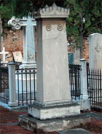 Ταφικό μνημείο της Bettina von Savigny-Σχινά στο Προτεσταντικό Κοιμητήριο του Α΄ Νεκροταφείου Αθηνών.