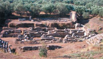 Τα ερείπια του αρχαίου Θεάτρου, όπως σώζεται στις μέρες μας, στη ΝΔ πλευρά του λόφου της ακρόπολης της Σπάρτης.