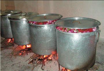 Καζάνια για την προετοιμασία γεύματος που προσφέρεται στο κουρμπάνι.