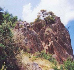 Στο τρίτο επίπεδο της σπηλιάς του Βουραϊκού Ηρακλή, το ανατολικότερο από τα δύο παράθυρα του δωματίου έχει σχήμα καμπάνας.