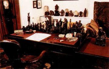 To γραφείο του Freud με τα αγαλματίδια, τα χειρόγραφα και τα γυαλιά του(Μουσείο Freud, Λονδίνο).