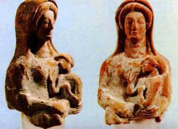 Ειδώλια κουροτρόφων μαρτυρούν την ιδιότητα της Αρτέμιδος ως προστάτριας των παιδιών.