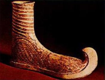 Μυκηναϊκό πήλινο ομοίωμα υποδήματος, παρόμοιο με τυρρηνική μπότα.